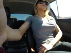 Mokrý orgasmus v autě