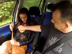 Muž loví české šlapky u dálnice a mrdá je ve svém autě